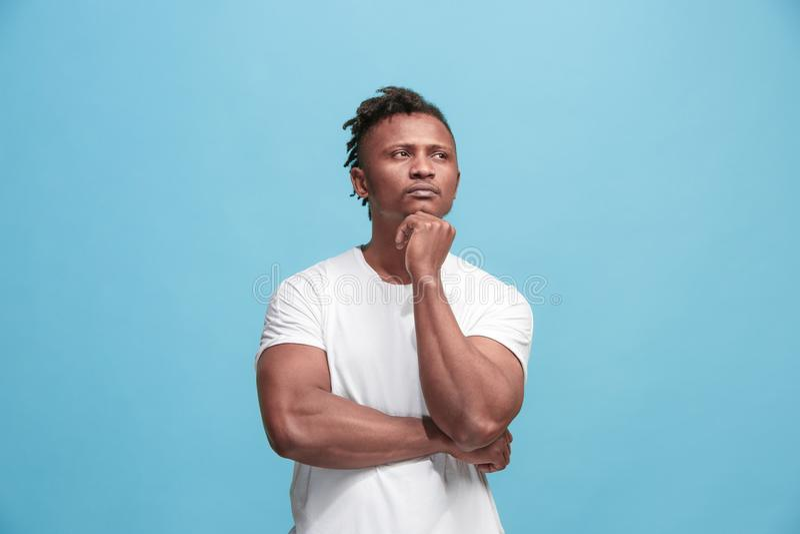 Jeune homme d'affaires afro-américain réfléchi sérieux Concept de doute photos stock