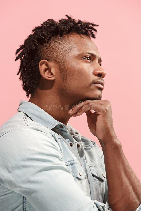 Jeune homme d'affaires afro-américain réfléchi sérieux Concept de doute Vue de profil photos libres de droits