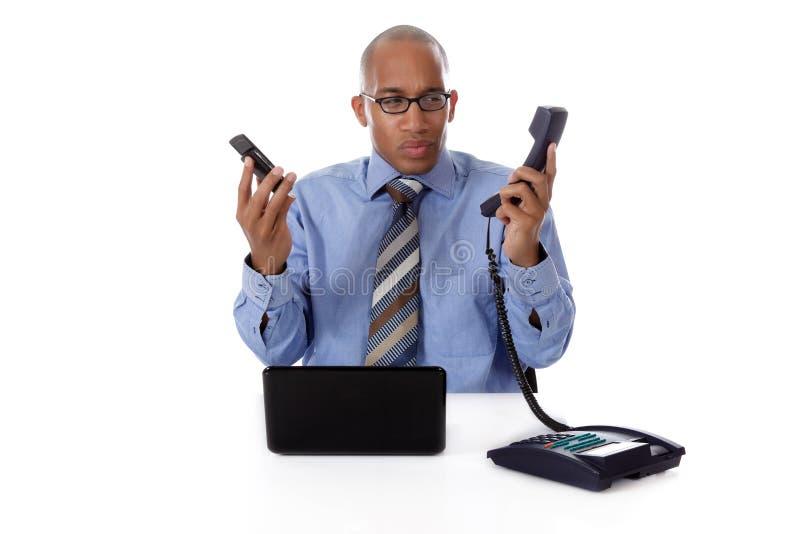 Jeune homme d'affaires afro-américain, téléphone photo stock