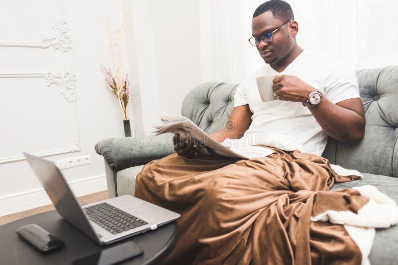 Jeune homme d'affaires d'Afro-américain travaillant à distance à la maison sur un ordinateur portable image libre de droits
