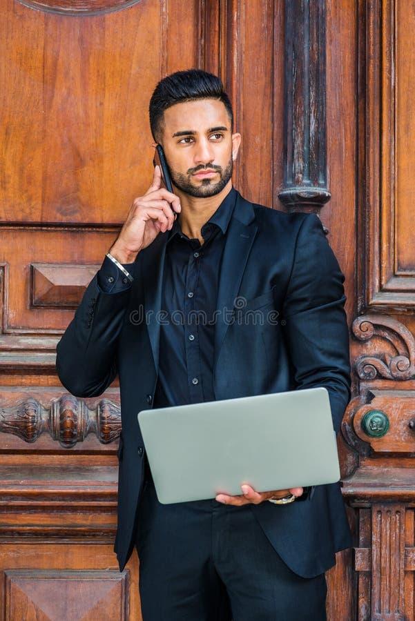 Jeune homme d'affaires américain indien est sérieux bel avec le bea photo stock