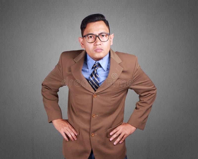 Jeune homme d'affaires Annoyed Expression, main sur le geste de taille photos libres de droits