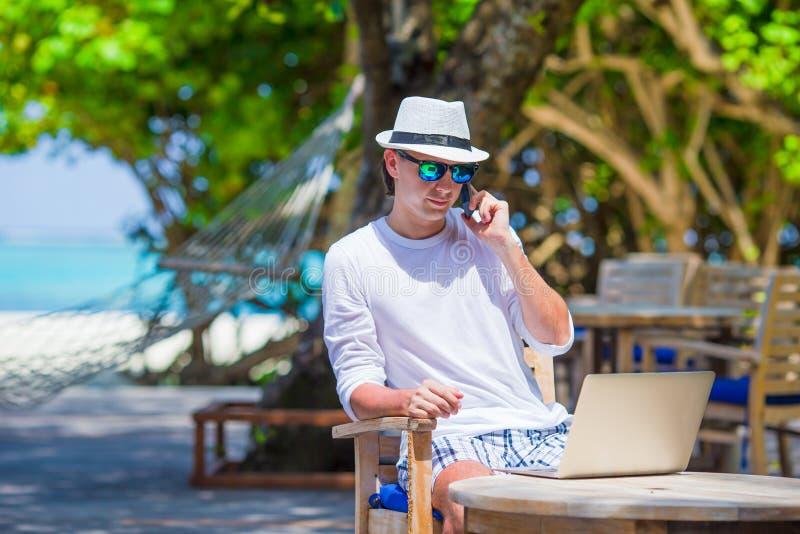 Jeune homme d'affaires appelant par le téléphone portable sur le blanc photographie stock libre de droits