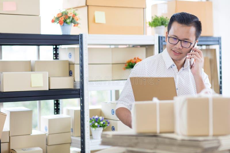Jeune homme d'affaires asiatique dans l'utilisation occasionnelle de chemise appelle le smartphone, image stock