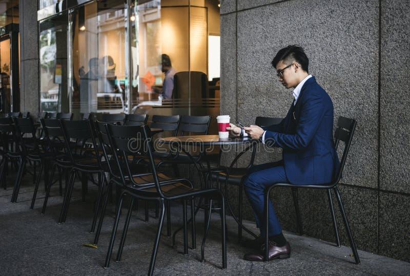 Jeune homme d'affaires asiatique dans un café photographie stock libre de droits