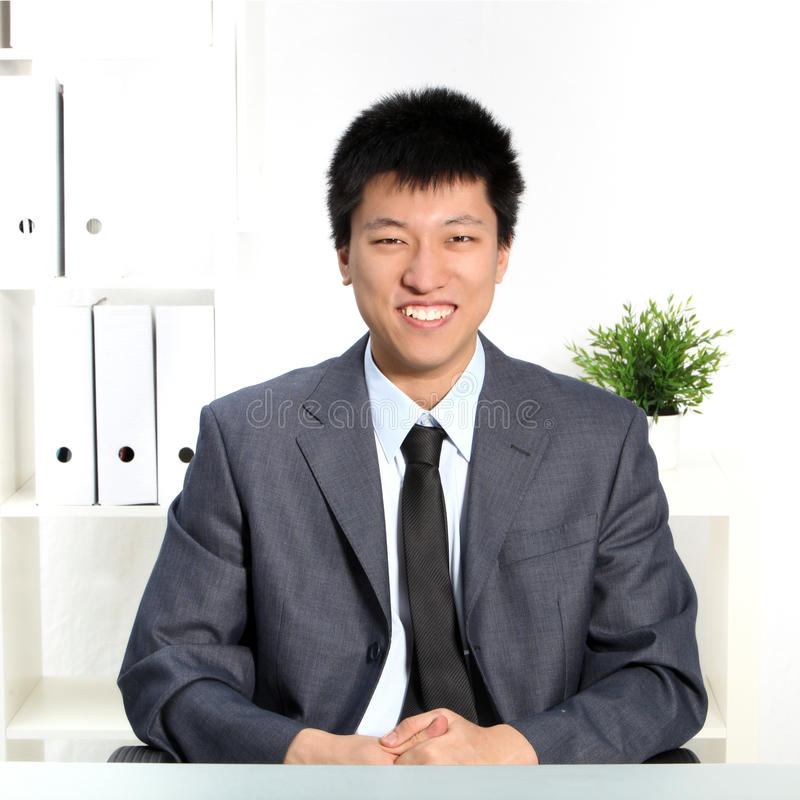 Jeune homme d'affaires asiatique heureux sûr photo libre de droits