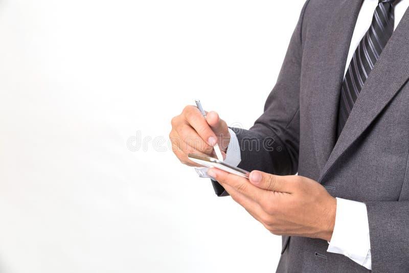 jeune homme d'affaires asiatique portant le costume gris utilisant le pho futé mobile image libre de droits
