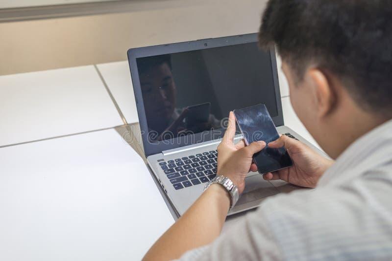 Jeune homme d'affaires asiatique seul travaillant dans le bureau photo stock