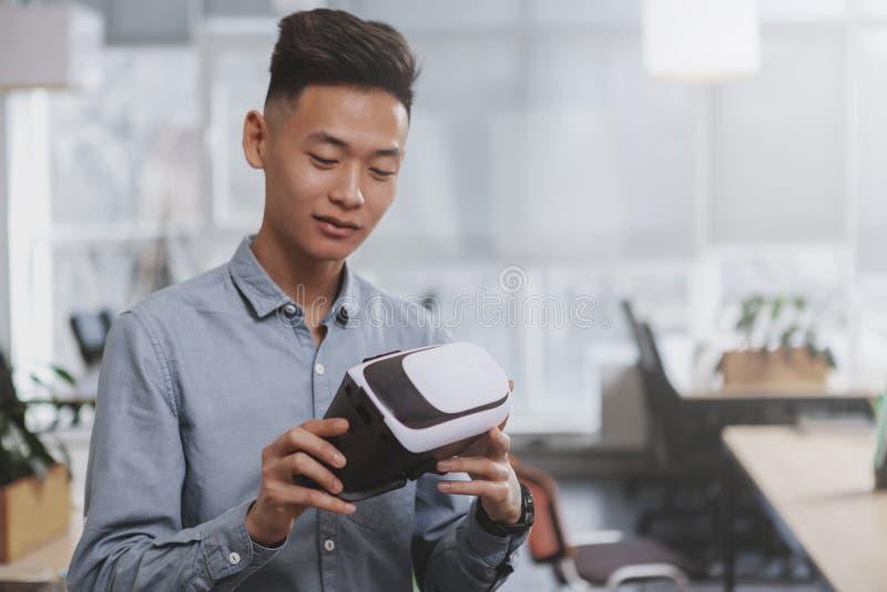 Jeune homme d'affaires asiatique travaillant au bureau photo stock