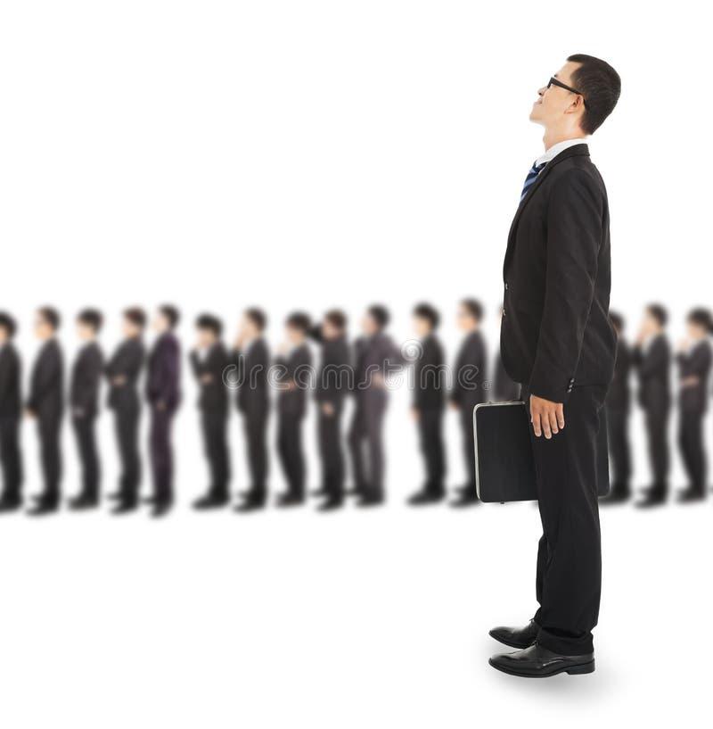 Jeune homme d'affaires attendant sur la ligne photos stock
