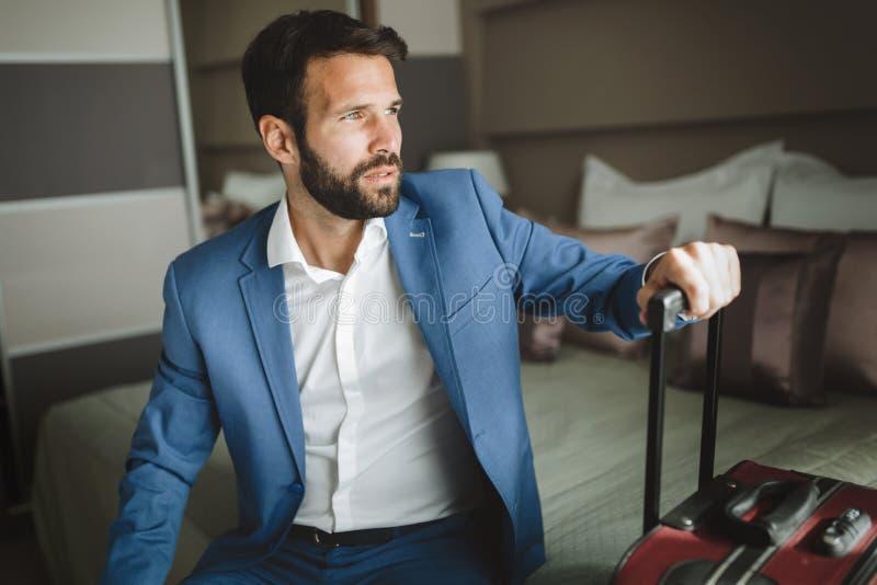 Jeune homme d'affaires attirant dans la chambre d'hôtel photo libre de droits
