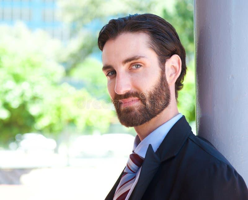 Jeune homme d'affaires attirant se tenant dehors dans le costume images stock