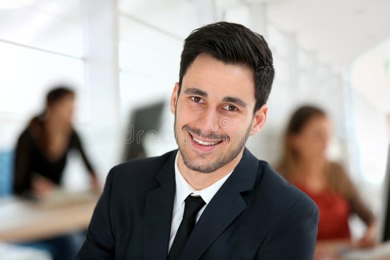 Jeune homme d'affaires au bureau images stock