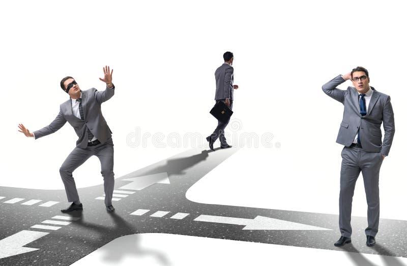 Jeune homme d'affaires aux carrefours dans le concept d'incertitude photos stock