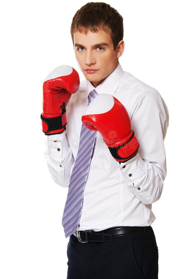 Jeune homme d'affaires avec des gants de boxe. image stock