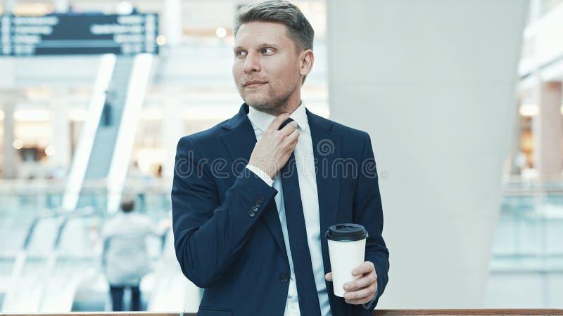 Jeune homme d'affaires avec du café images stock