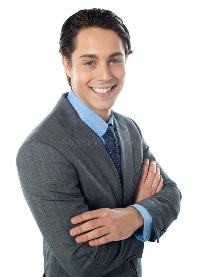 Jeune homme d'affaires avec du charme posant dans le type photographie stock