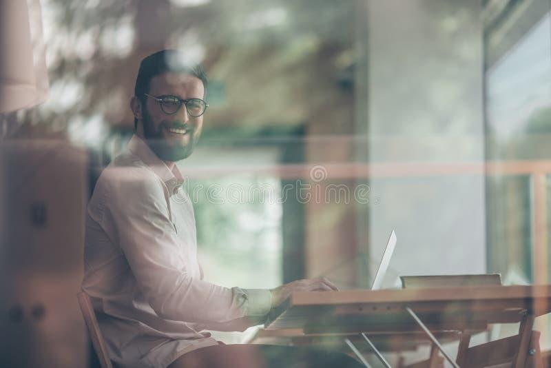 Jeune homme d'affaires avec l'ordinateur portable à l'intérieur photo libre de droits