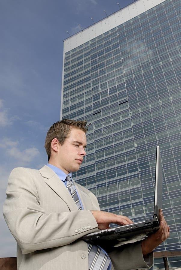Jeune homme d'affaires avec l'ordinateur portatif image stock