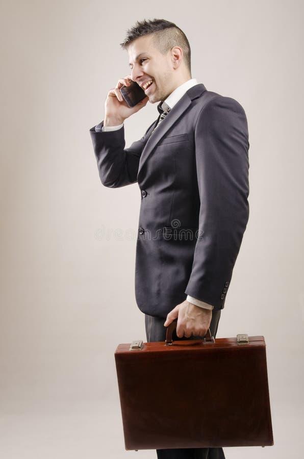 Jeune homme d'affaires avec la coiffure moderne appelant au téléphone images libres de droits