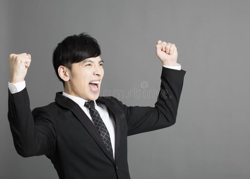 Jeune homme d'affaires avec le geste de succès photo stock
