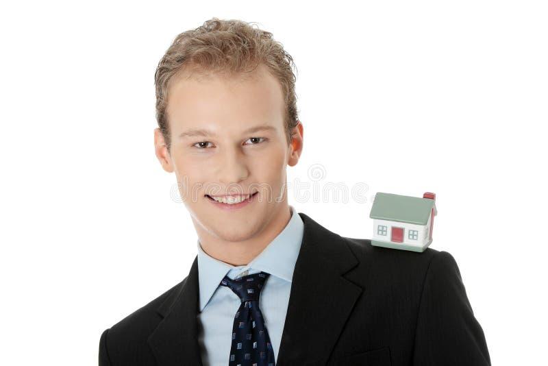 Jeune homme d'affaires avec le modèle de maison photos stock
