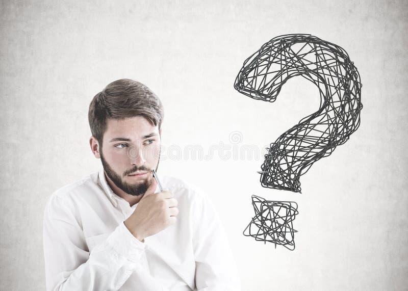 Jeune homme d'affaires barbu de pensée, point d'interrogation photos stock