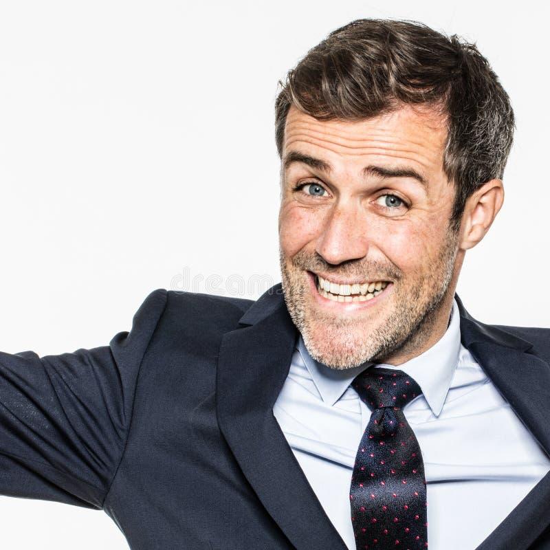 Jeune homme d'affaires barbu riant nerveusement exprimant sa joie et optimisme d'entreprise images stock