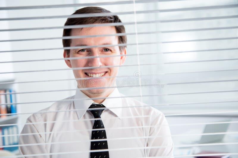 Jeune homme d'affaires beau au bureau photo libre de droits