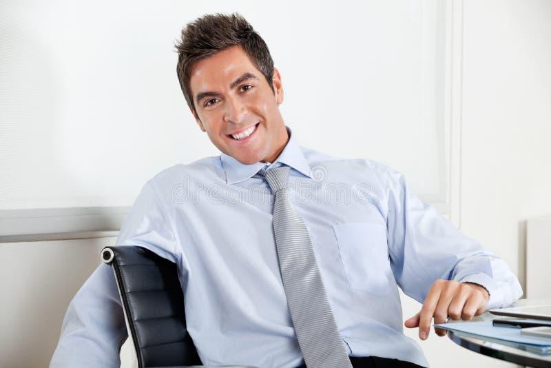 Jeune homme d'affaires beau Smiling image stock