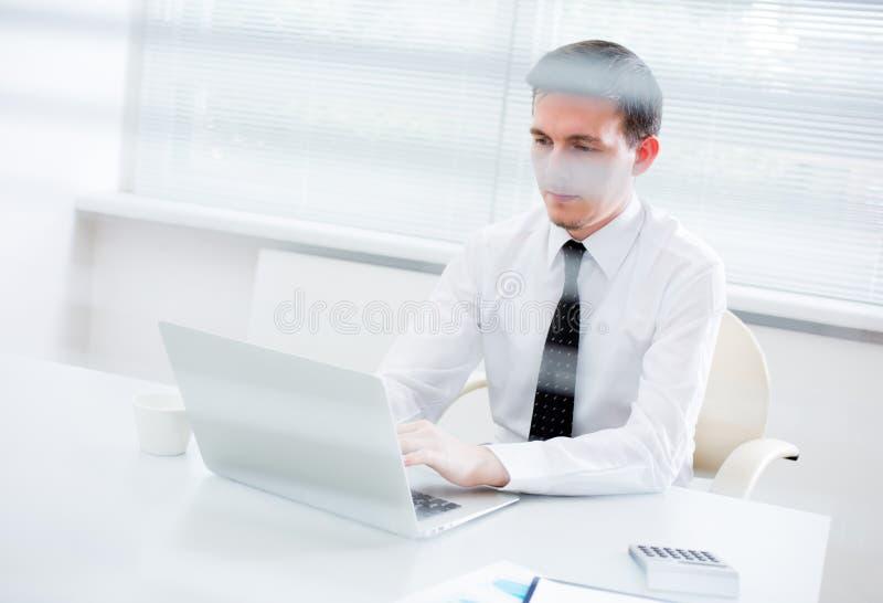Jeune homme d'affaires beau travaillant à l'ordinateur portable image libre de droits