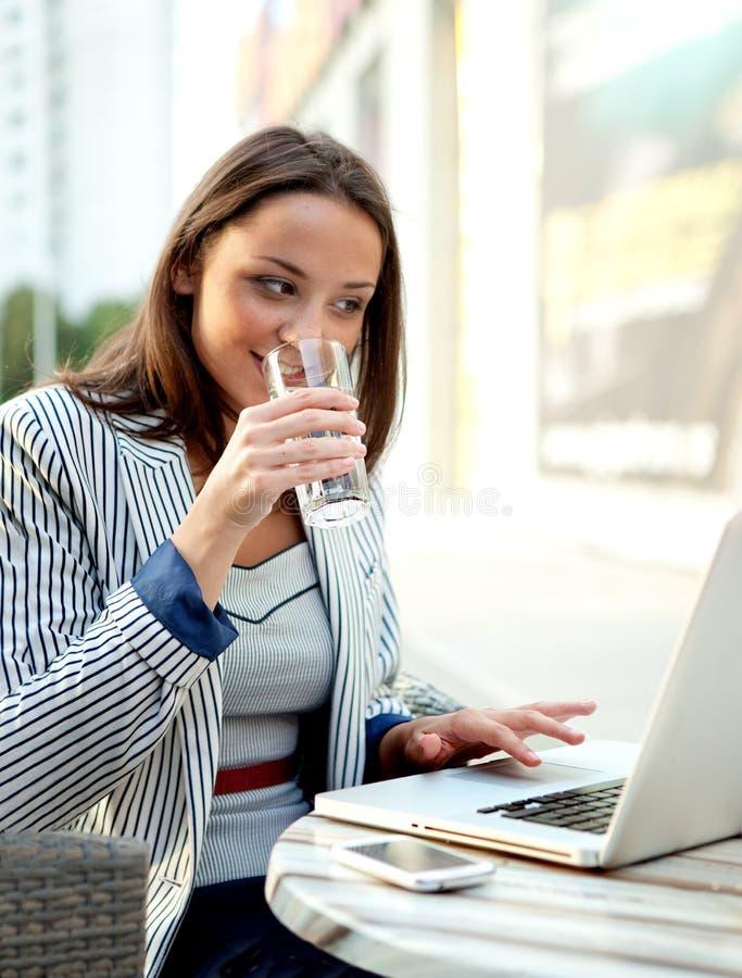 Jeune homme d'affaires beau Using Laptop dans un café extérieur, copie photographie stock
