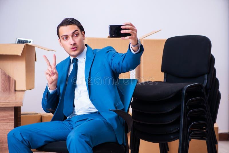Jeune homme d'affaires bel étant mis le feu de son travail photo libre de droits