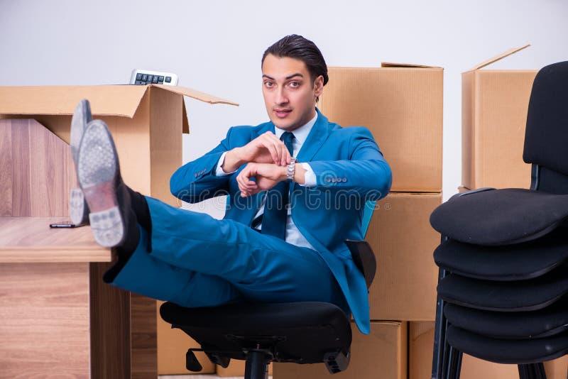 Jeune homme d'affaires bel étant mis le feu de son travail images libres de droits