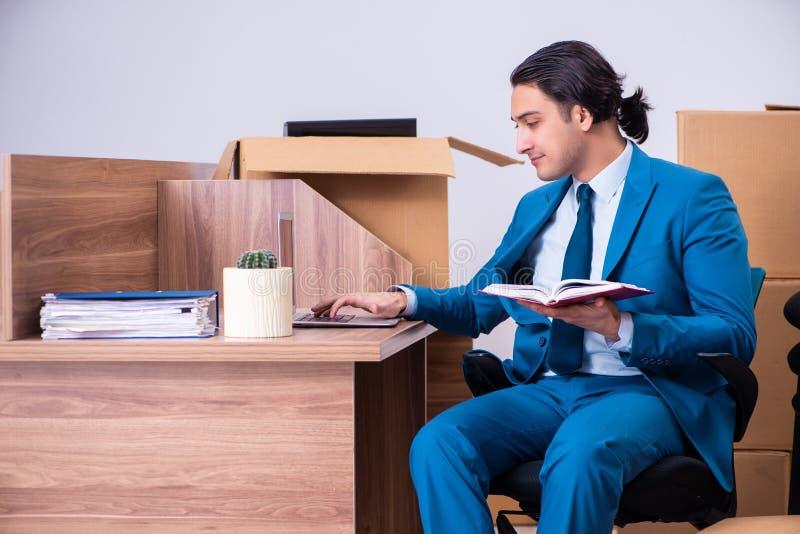 Jeune homme d'affaires bel étant mis le feu de son travail image libre de droits