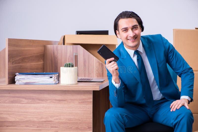Jeune homme d'affaires bel étant mis le feu de son travail image stock