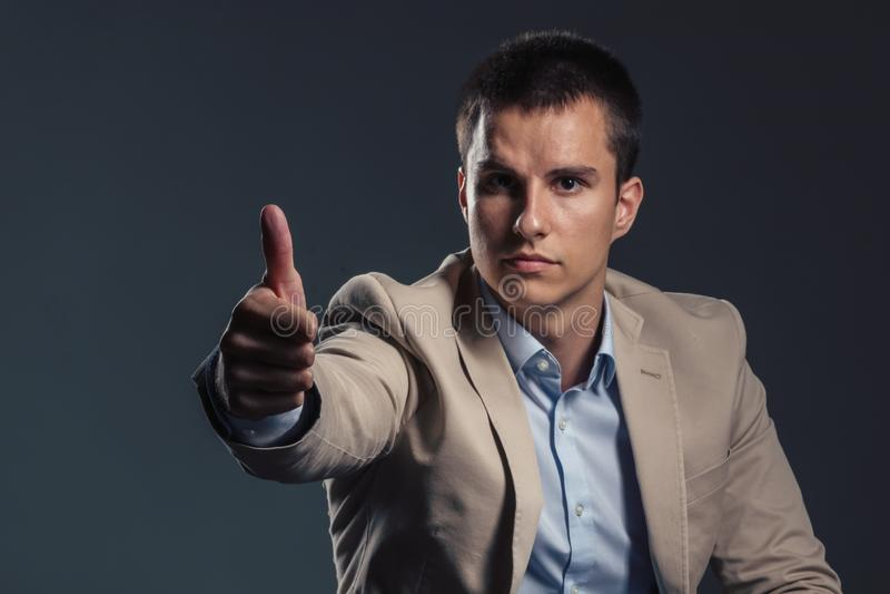 Jeune homme d'affaires bel montrant le pouce  Concept d'affaires image stock