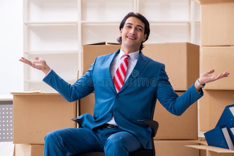 Jeune homme d'affaires bel se d?pla?ant au nouveau lieu de travail photo stock