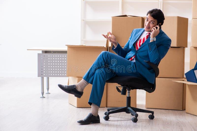Jeune homme d'affaires bel se d?pla?ant au nouveau lieu de travail images stock