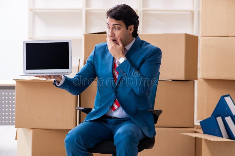 Jeune homme d'affaires bel se d?pla?ant au nouveau lieu de travail photographie stock