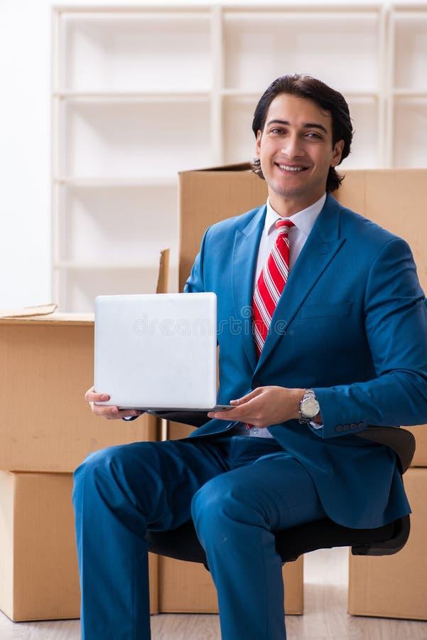 Jeune homme d'affaires bel se d?pla?ant au nouveau lieu de travail photographie stock libre de droits