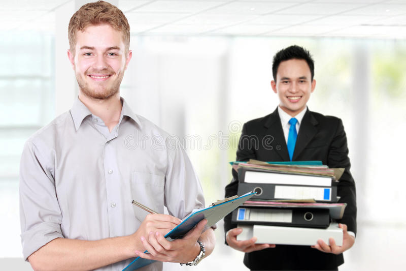 Jeune homme d'affaires caucasien, avec son équipe d'isolement en Ba blanc image stock
