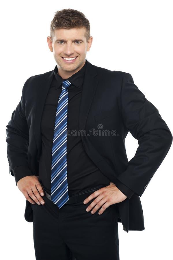 Jeune homme d'affaires confiant posant en passant photographie stock libre de droits