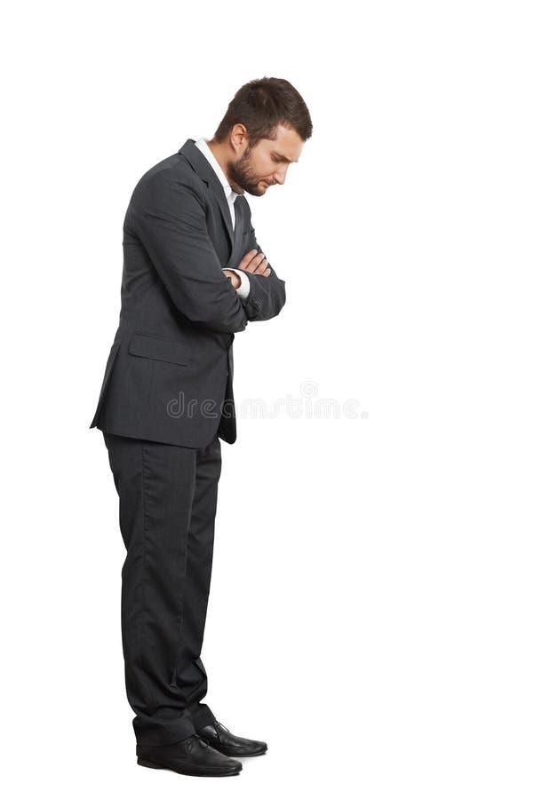 Jeune homme d'affaires contrarié regardant vers le bas photographie stock libre de droits