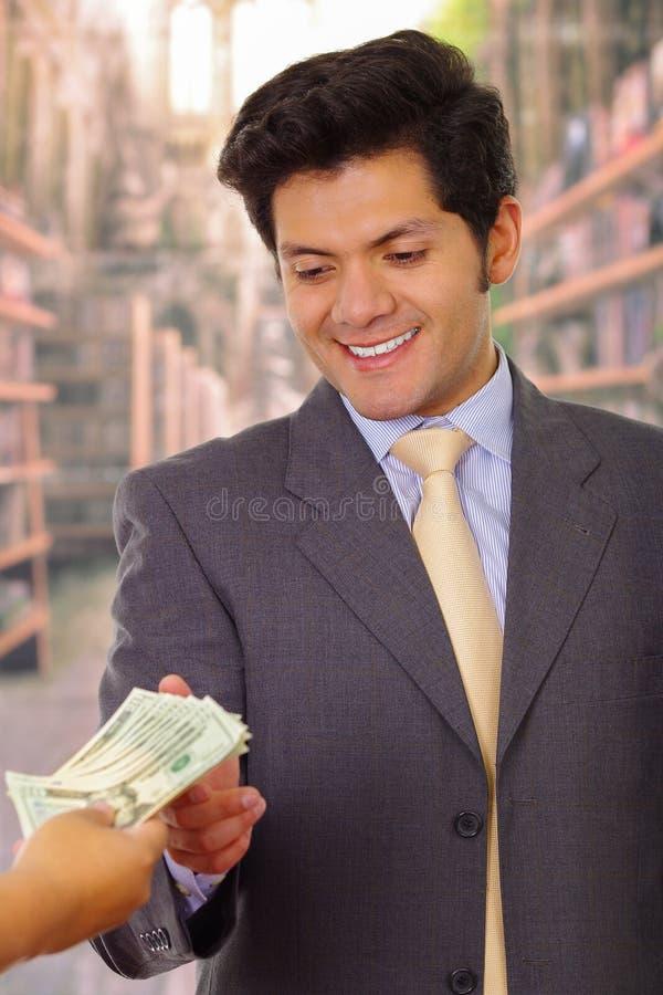 Jeune homme d'affaires corrompu acceptant une certaine somme d'argent d'une escroc photos libres de droits