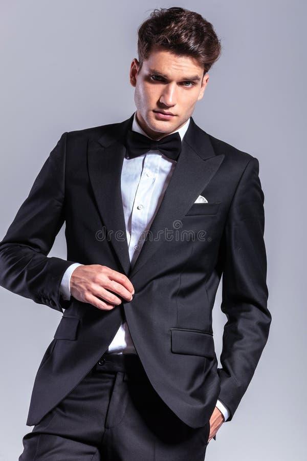 Jeune homme d'affaires déboutonnant sa veste photo libre de droits