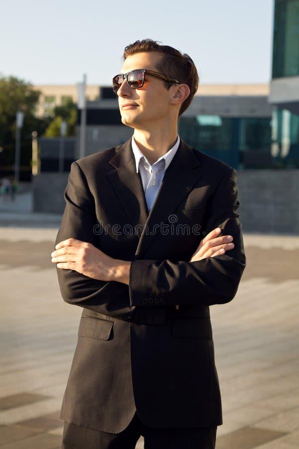 Jeune homme d'affaires dans la ville photo stock