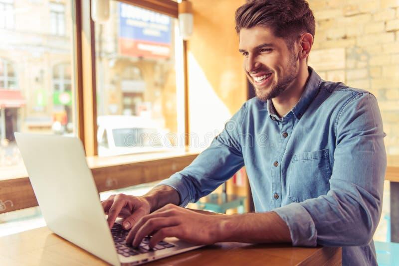Jeune homme d'affaires dans le café photographie stock libre de droits