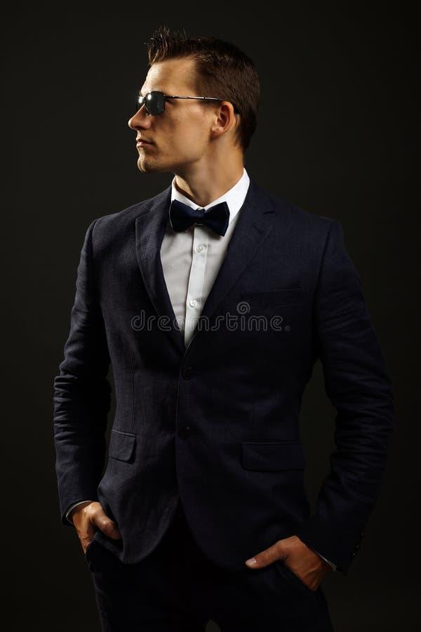 Jeune homme d'affaires dans le costume image libre de droits