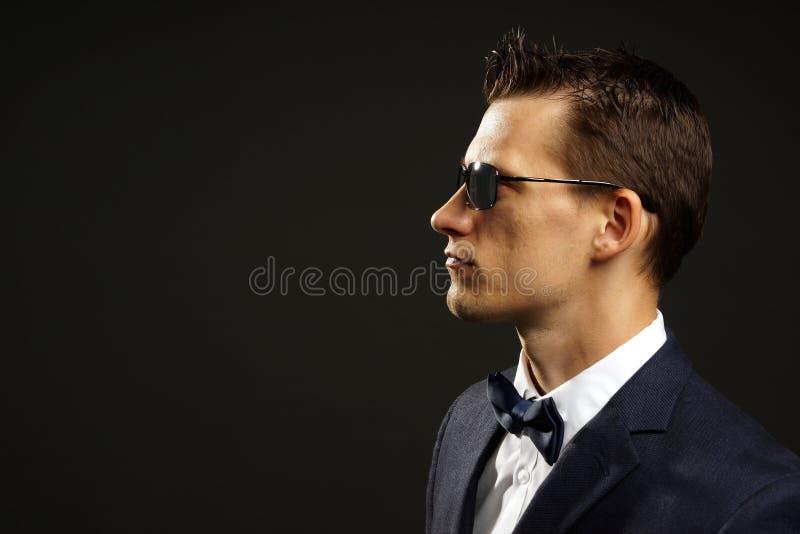 Jeune homme d'affaires dans le costume images stock